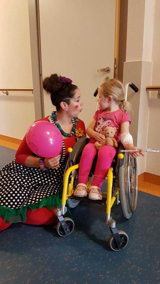 Kinder lachen mit Clowns – trotz Rheuma